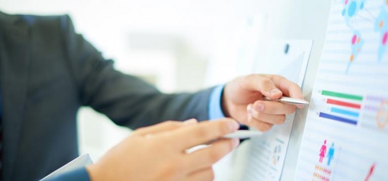 Homme expliquant les bénéfices de la solution de sécurité email pour Office 365