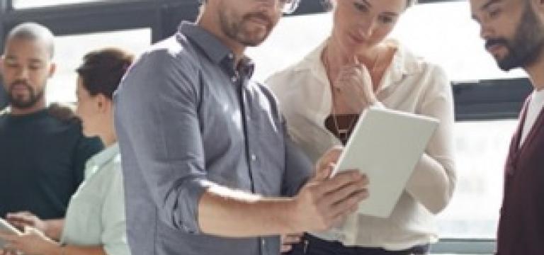 Compañeros de trabajo debaten distintas opciones de seguridad y archivado de datos