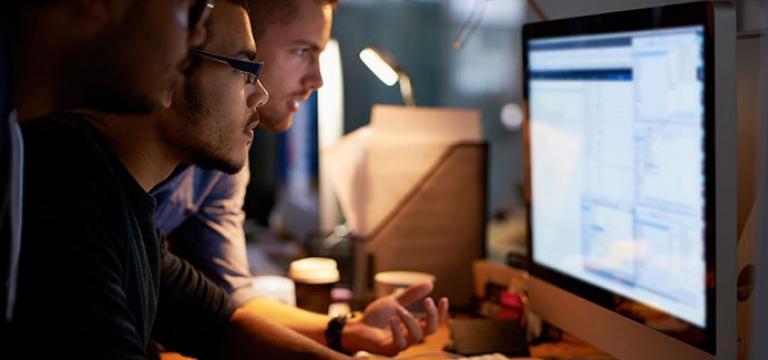 Mitarbeiter besprechen die Digitale Sicherheit im Unternehmen
